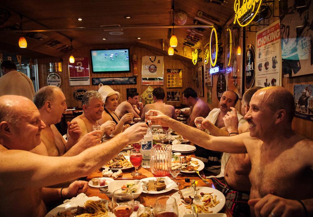 レストランで誕生日を祝い、乾杯する人々 ニューヨーク、ブライトン・ビーチ 2013年1月26日