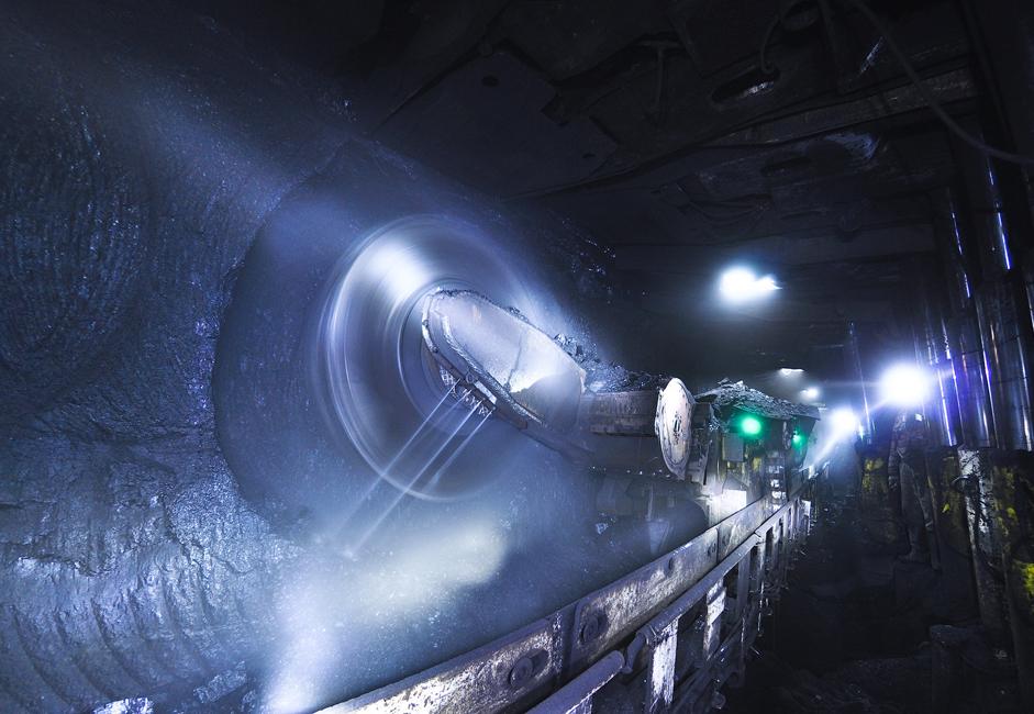 """La Mine du 7 Novembre (communément appelée """"Sept"""") est une des plus vieilles entreprises de charbon du site minier Leninski situé à Leninsk-Kouznetski. Elle doit sa création et son développement au premier plan quinquennal de l'Union Soviétique (1928-1933). Kouzbass est un des plus grands gisements de charbon au monde et est situé près de la dépression de Kouznetsk entre Tomsk et Novokouznetsk, dans le bassin de la rivière Tom."""