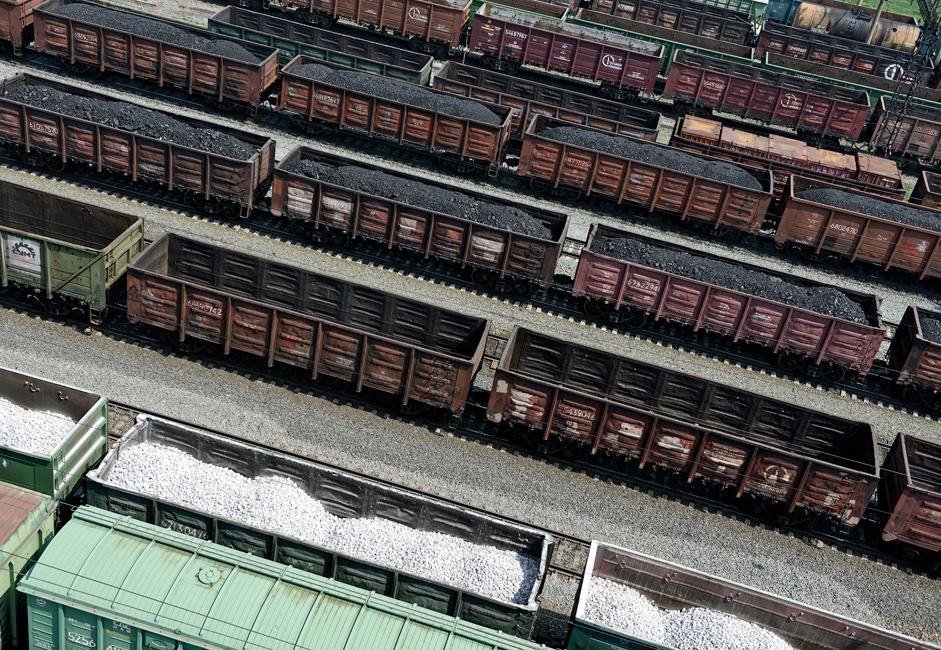 La construction rapide de nouveaux projets de production de charbon a commencé dans le bassin de Kouznetsk – ou Kouzbass – qui était supposé être un gisement de matières premières nécessaires aux géants métallurgiques qui se développaient dans l'Oural et en Sibérie, alors que les mines déjà existentes étaient modernisées.