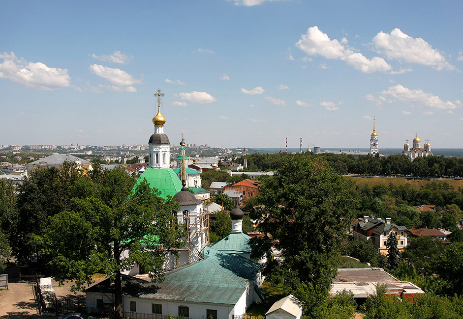 Wladimir, einst Zentrum der nordöstlichen Rus, liegt 176 Kilometer östlich von Moskau an den Ufern des Flusses Kljasma. Die Stadt wurde 1108 von Wladimir Monomach, dem ersten russischen Zaren, gegründet. Die ersten Siedlungen in der Region des späteren Wladimir entstanden jedoch bereits 30.000 Jahre vor unserer Zeit. Das haben Grabungen in der archäologischen Fundstätte Sungir ergeben.