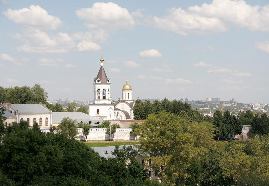 Das Christi-Geburt-Kloster ist eines der ältesten Klöster Russlands. Es wurde 1191, in der Blütezeit des Großherzogtums Wladimir-Susdal, gegründet. Heute ist es das zweitberühmteste Kloster nach dem Dreifaltigkeitskloster von Sergijew Possad.