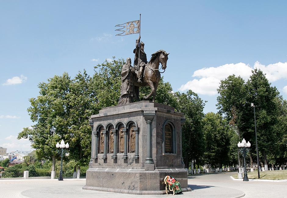 Ein Denkmal für den Großfürsten von Kiew Wladimir I., der 988 über den Baptismus wachte. Der Bildhauer Sergej Isakow schuf dieses 2007 errichtete Denkmal. Neben Wladimir ist Fjodor der Heilige zu sehen, der einer Legende zufolge den Fürsten zum Christentums konvertierte.