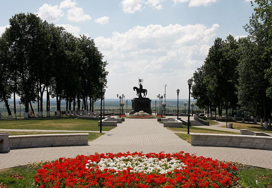Der Puschkin-Park mit Aussichtsplattform erstreckt sich vor der Mariä-Entschlafens-Kathedrale.