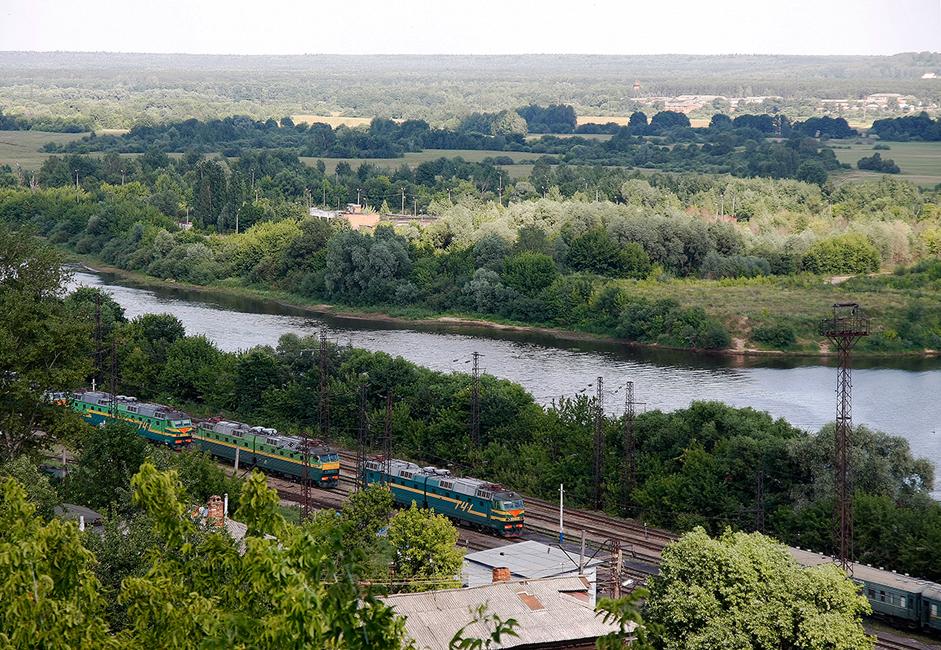 Wladimir erreicht man mit einem Regionalzug von dem Moskauer Kursker Bahnhof, mit dem Bus von der Metro-Station Schtschjolkowskaja, dem Hochgeschwindigkeitszug Sapsan oder mit dem Auto über die Gorkier Chaussee.