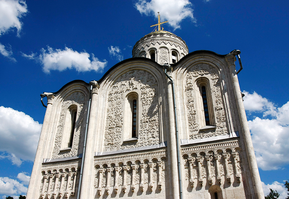 Die Demetriuskathedrale ist ein architektonisches Denkmal des Fürstentums Wladimir-Susdal der vormongolischen Epoche, in der vornehmlich mit weißem Kalkstein gebaut wurde. Großfürst Wsewolod III. hatte sie in den Jahren 1194-1197 errichten lassen. Die Kathedrale ist berühmt für ihre in weißen Stein gemeißelten Verzierungen. Ihre Mauern schmücken mehr als 600 Reliefs, auf denen Heilige sowie mythische und reale Tiere abgebildet sind.