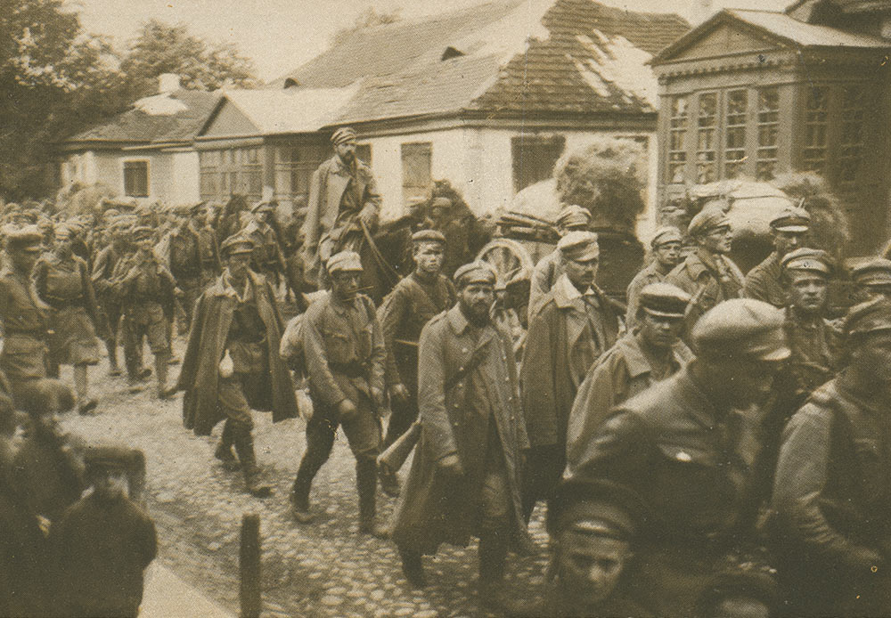 第一次世界大戦の勃発100周年を記念して、モスクワ写真館は大規模な国際プロジェクトを企画した。それは世界の主要美術館や公立・私立の公文書を集め、あらゆる立場にある戦闘従事者たちの視点を通してこの戦争を叙述するものである。 // コーヴェリに進入するポーランド部隊第一旅団歩兵隊、1915年