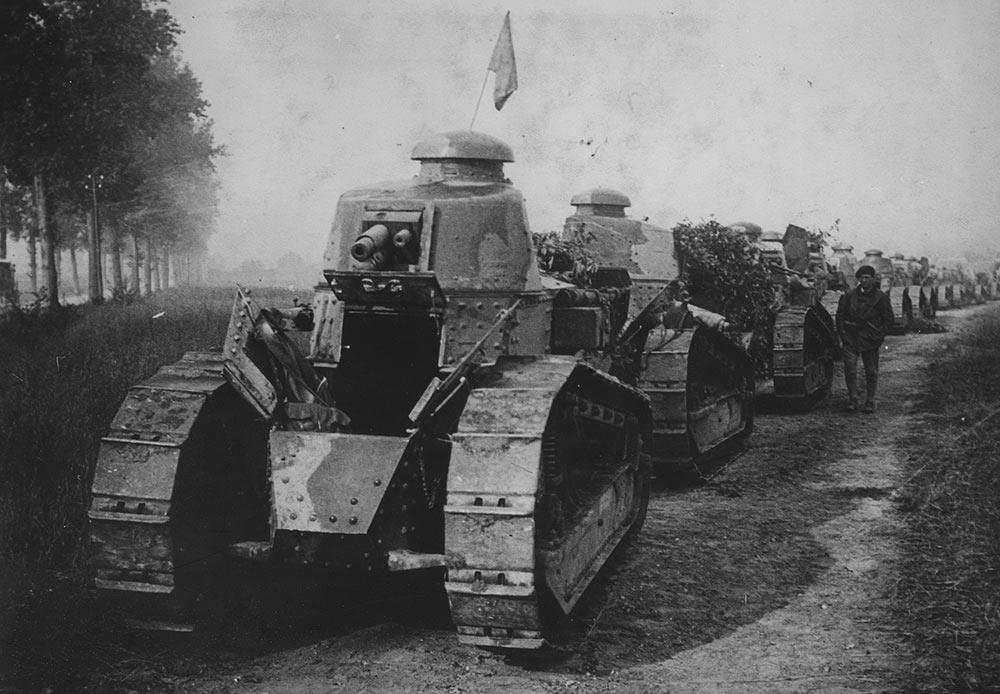 Régiment de tanks Renault FT-17 sur la ligne de front, France, 1917.