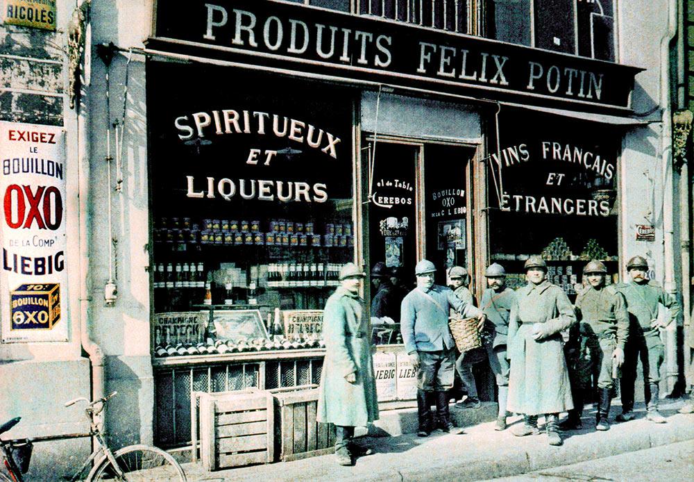 Soldats russes devant une épicerie, Paul Castelnau. Place des Marchés, Reims, France, 11 mars 1917.