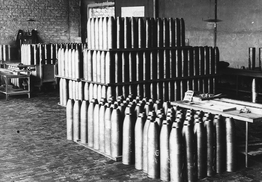 ドイツは1914年8月1日、ロシア帝国に対して宣戦布告した。推定で200万人のロシア人兵が戦闘で命を落としたが、全体的な死者数は350万人におよぶとされている。 // 榴弾製造工場、フランス、1916年
