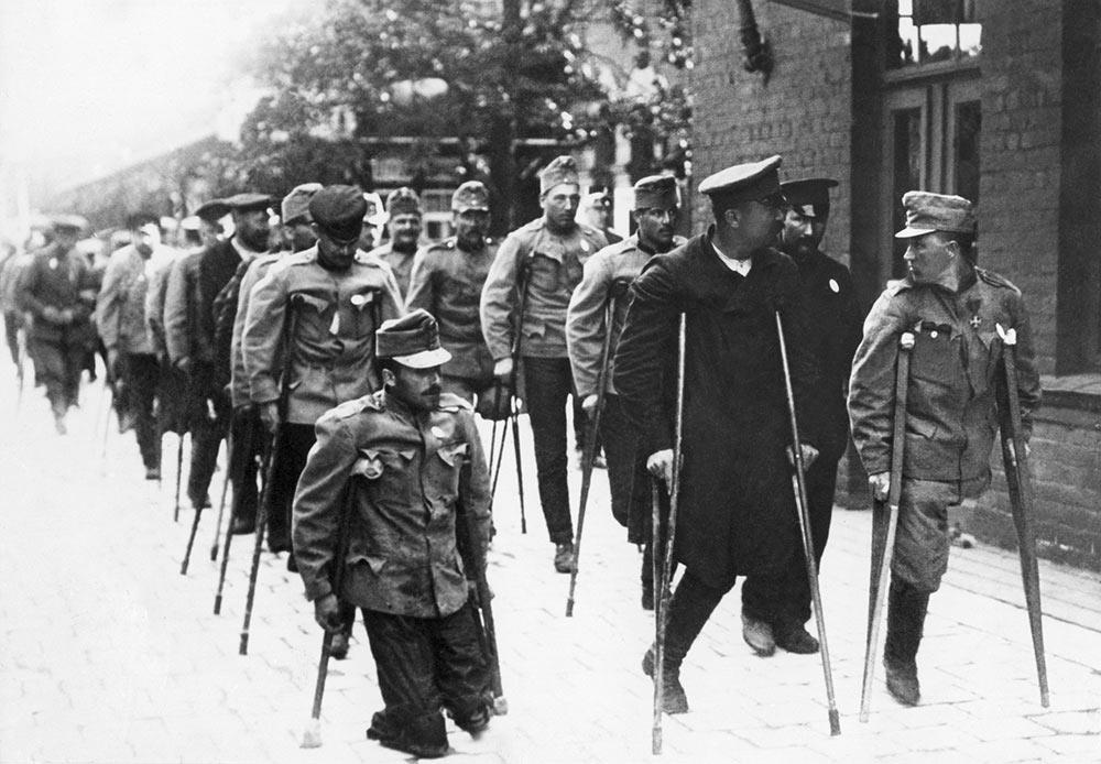ロシア帝国にとって、第一次世界大戦への参戦は、内戦へと発展し、ドイツと別に講和を結ぶことにより、敗戦国側に名を連ねることにつながった1917年の革命で完結に至った。  // ロシアおよびシベリアで身柄を拘束された捕虜と、障害を持つドイツ人およびオーストリア人元兵士の交換をスウェーデン赤十字が手配する。ハルスベリ駅、スウェーデン、1915~1918年