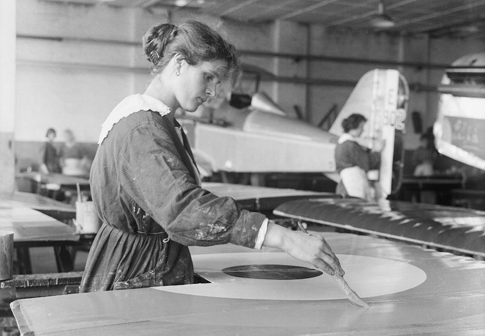 Durant la période soviétique – et jusqu'à récemment – la Première Guerre mondiale était une guerre oubliée, sujette à très peu de considération publique. // Une femme travailleuse de guerre peint avec minutie la cocarde sur les ailes d'un avion SE5A à l'usine de l'entreprise Austin Motor à Birmingham, septembre 1918.