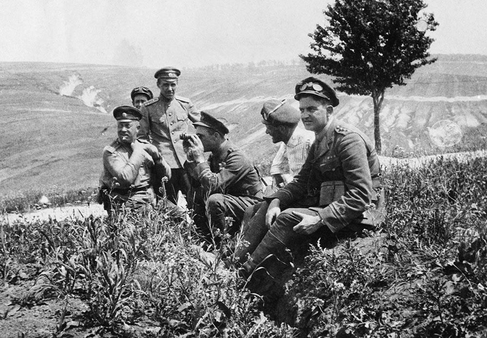 Des officiers anglais et russes du régiment blindé de la Royal Navy Air Service (Amirauté britannique) en Galice, avant l'offensive russe de juillet 1917.