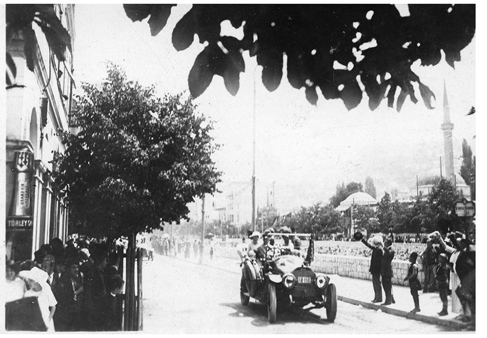 L'Archiduc François-Ferdinand en compagnie de sa femme dans une voiture le long du quai Appel (à Sarajevo) peu avant son assassinat, le 28 juin 1914.