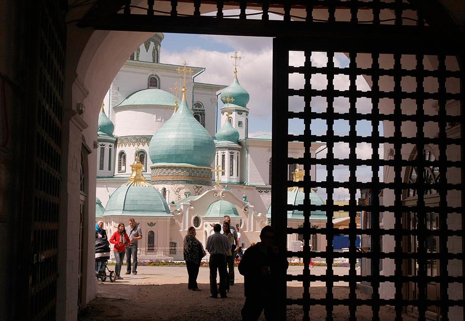 """Манастирът """"Нов Йерусалим"""" е разположен на брега на р. Истра, на 64 км северозападно от Москва. До манастира може да се стигне с кола, като се тръгне по Волоколамската магистрала или пък с влак от Рижската жп гара."""