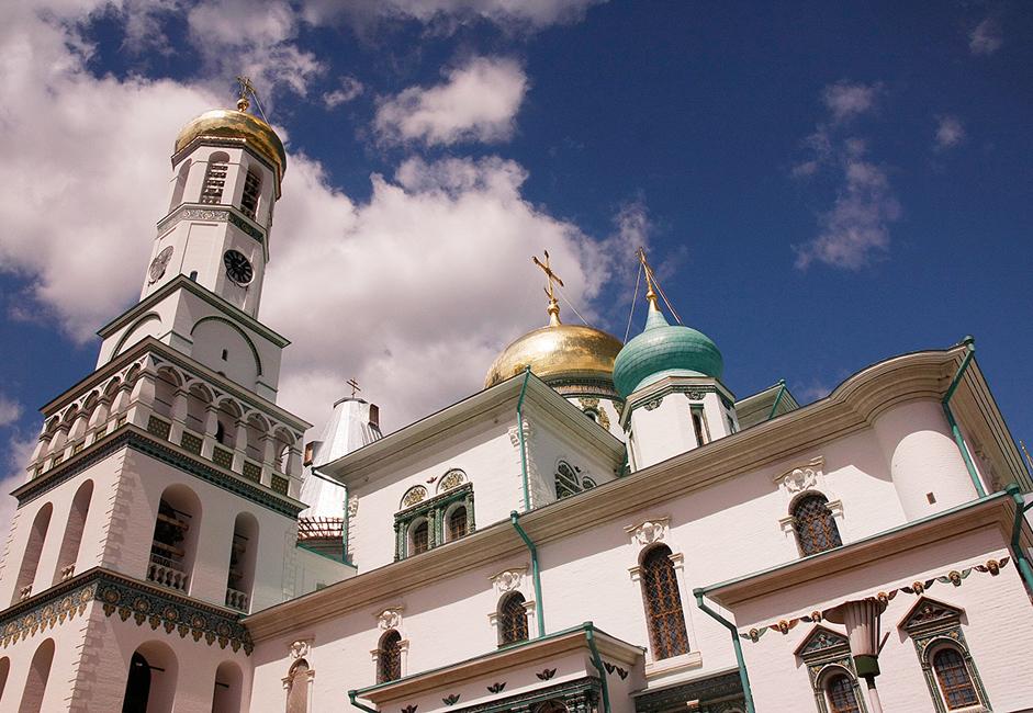 """Манастирът е съграден от беларуски майстори. Първият архитект на """"Нов Йерусалим"""" е Петър Заборски. В строителството участват общо 31 майстори."""