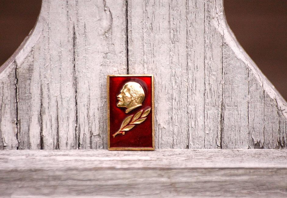 Tipična sovjetska značka koja se kao suvenir nudila turistima iz zapadne Europe i SAD-a.
