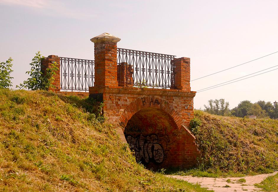 Am Ende des 19. Jahrhunderts wurde die Festungsmauer durch einen geschnitzten Holzzaun ersetzt. Eine kleine dekorative Brücke führt über den Wall. Sie ist heute noch begehbar.