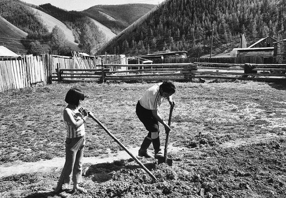 Di luar beberapa kota industri besar, umumnya Siberia merupakan area yang sulit dicapai. Siberia terdiri dari kota-kota kecil yang berangsur menghilang dan desa-desa yang terabaikan.