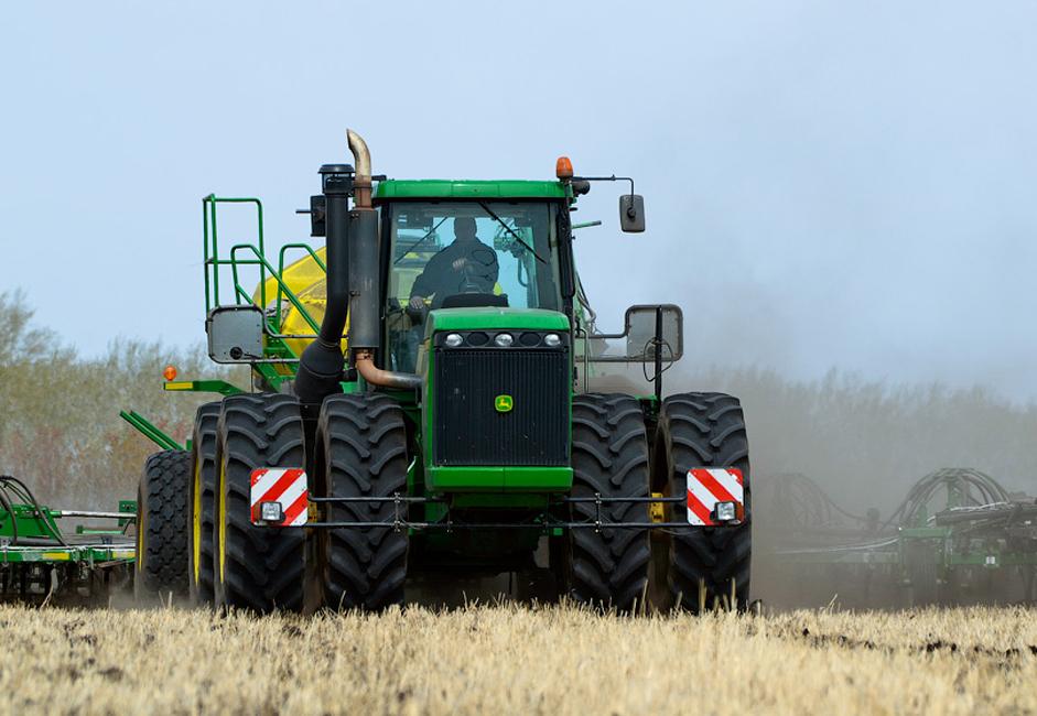 Les agriculteurs plantent du maïs qui servira ensuite à nourrir les vaches. Ils récoltent 320 000 quintaux de céréales, qui sont stockés dans un silo. Les moissonneuses John Deere font partie des engins utilisés pour les récoltes.