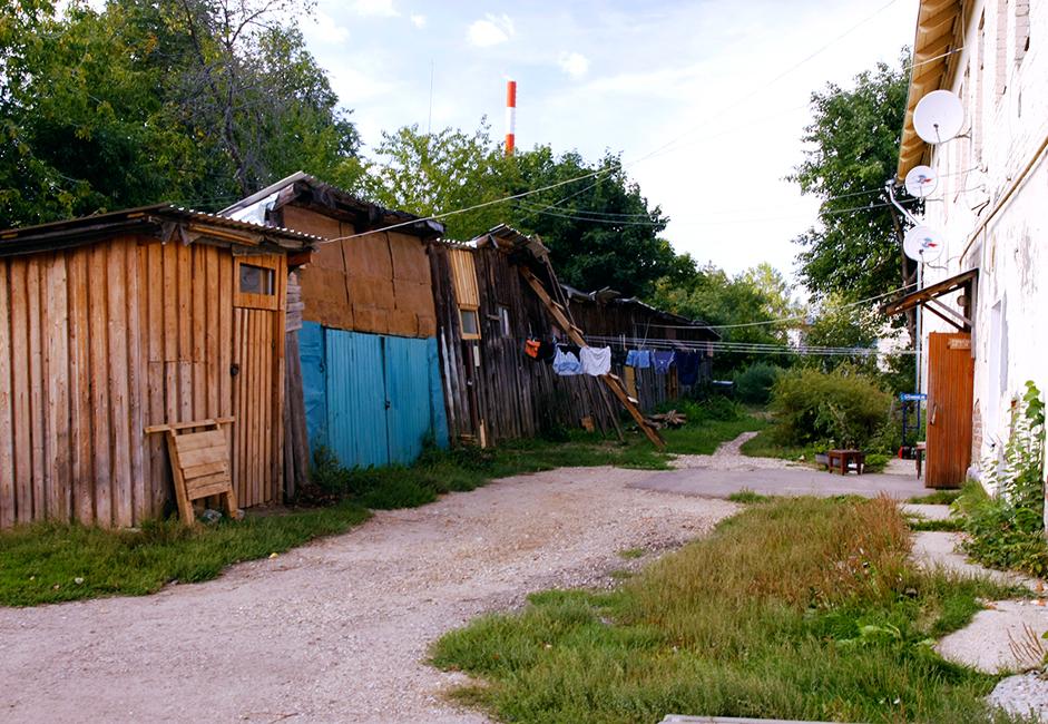 Самоделните обори-гаражи са едни от уникалните белези, останали от съветската епоха. Това е период, през който жителите на многоетажните блокове се събирали, за да си построят подобна структура близо до жилищните си сгради. Служели като склад за всякакви неща, включително автомобили.
