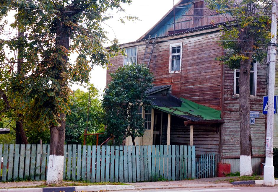 Жилищното устройване било проблем в съветското общество. По-голямата част от населението на СССР живеело след войната в бараки, където липсвали дори най-елементарни удобства. В средата на 1950-те г. големите градове решават да започнат да решават този проблем. Бараките са превърнати в многоетажни жилищни сгради. Ето една такава преустроена сграда. Хората живеят тук и до днес.