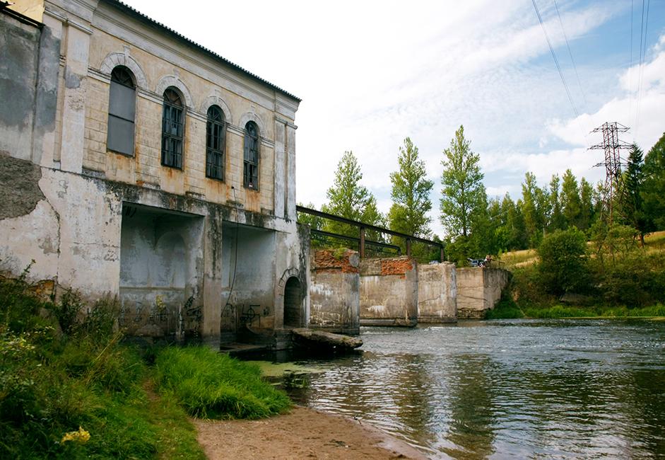 На няколко километра южно от града, близо до с. Горбово на р. Руза, има ВЕЦ, построен през 1953 година. Централата е запазена и до днес.