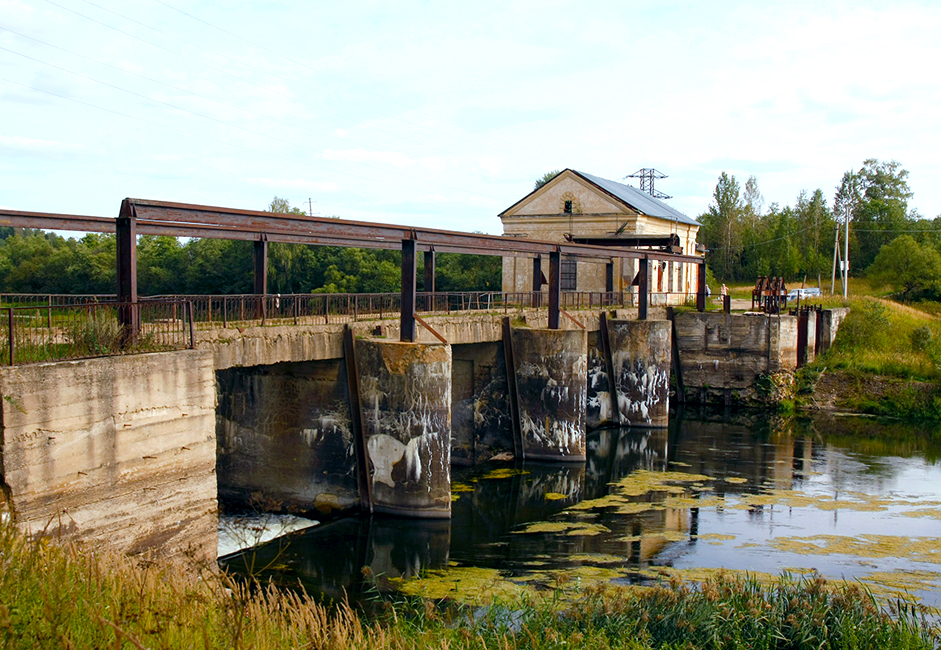 The hydroelectric plant's aim was to supply electricity to the local paper mill. In 2003, the mill was shut down and a vodka bottling plant was built in its place. The hydroelectric plant became unnecessary.