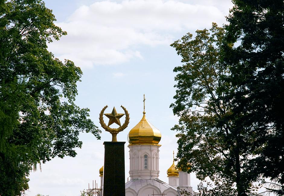 """Руза е малък град, съхранил символите на различни епохи, които понякога се изключват взаимно. Например съветската звезда на вечния огън в града и православните куполи на катедралата """"Възкресение Христово""""."""