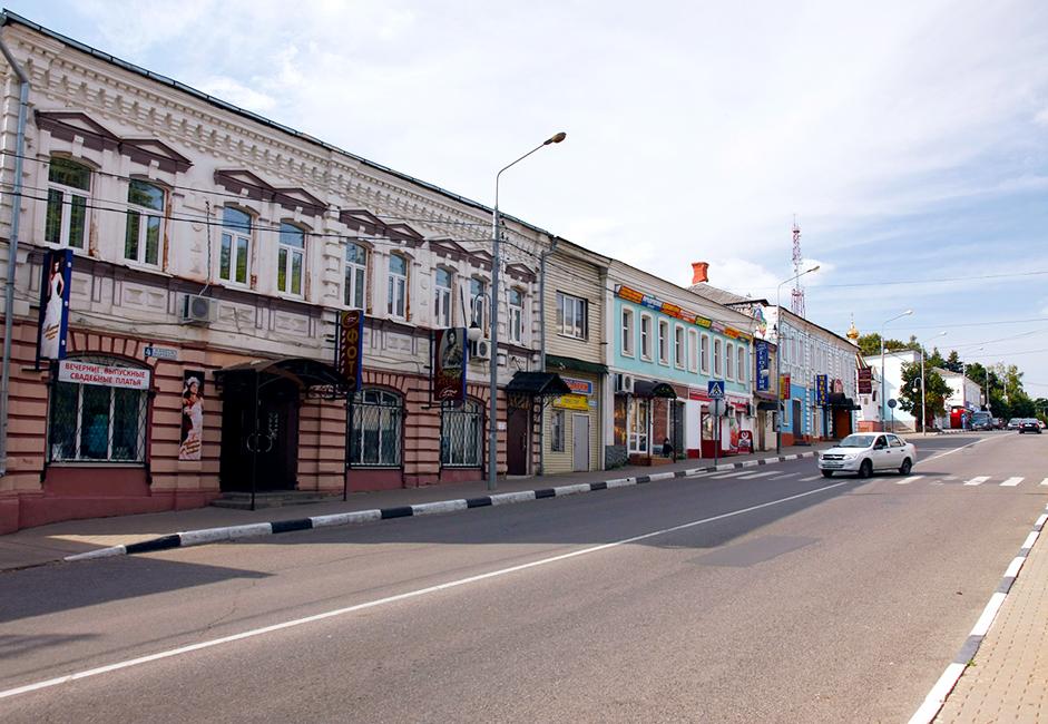 """Ул. """"Солнцева"""" е кръстена на съветски учен. Тук са запазени търговски сгради от 19 век. Именно по това време Руза се превръща в един от индустриалните центрове на Московската губерния."""