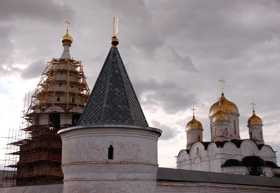Prije 17. stoljeća Terapontov manastir bio je okružen drvenim zidovima. No, u 18. stoljeću izgrađen je kameni zid s kulama koji je na tom mjestu i danas.