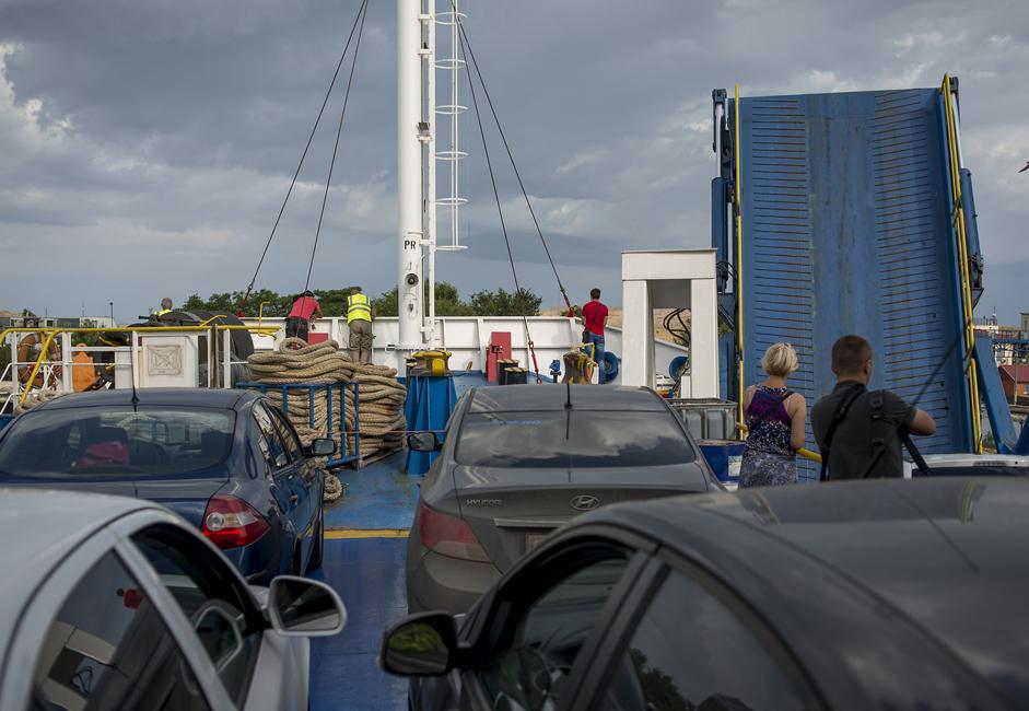 この時期、通常の5倍以上の乗客がここの港を通過した。あまりにも多くのロシア人が車でクリミアの港に着き、フェリーでロシア本土に戻ろうとした為、6隻のフェリーでは間に合わなかった。一日平均2万1500人の乗客と4千台の車がケルチ海峡を行き交う。