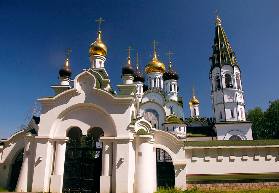 Desa Pavlovskaya Sloboda terletak sekitar 18 kilometer di sebelah barat laut Moskow. Desa ini pertama kali disebutkan dalam catatan sejarah yang berasal dari tahun 1504. Cara terbaik untuk mencapai Pavlovskaya Sloboda adalah melalui Jalan Raya Novorizhskoye. Dua situs desa tersebut akan menjadi petunjuk jalan bagi Anda, yakni sebuah piramida raksasa dan Gereja Alexander Nevsky di Danau Knyazhe, tempat Anda harus berbelok dari jalan raya. Anda dapat berhenti di sini dan beristirahat sejenak sambil mengagumi keindahan gereja.