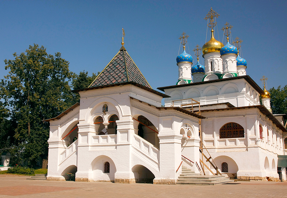 Gereja Kabar Suka Cita yang dibangun pada 1593 masih terlihat utuh hingga saat ini. Kata sloboda bermakna 'desa pekerja'. Sebutan tersebut digunakan untuk Desa Pavlovskoye sejak 1730, ketika sebuah pabrik tekstil dibangun di sini.
