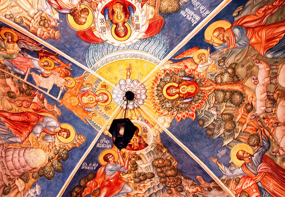 Ketika berjalan di sisi utama gereja, Anda dapat melihat lukisan-lukisan dinding yang menampilkan motif Injil. Lukisan-lukisan ini terus diperbaharui dan direstorasi sejak pendirian gereja.