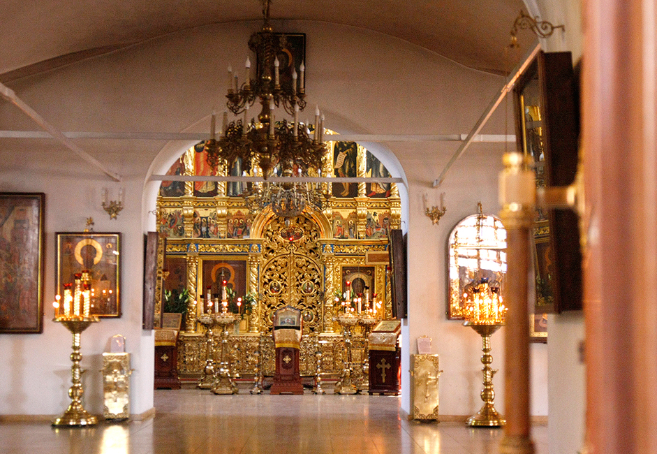 Di dalam gereja, ikon Kabar Gembira berdiri di depan altar. Gereja ini didirikan untuk menghormati peristiwa tersebut.