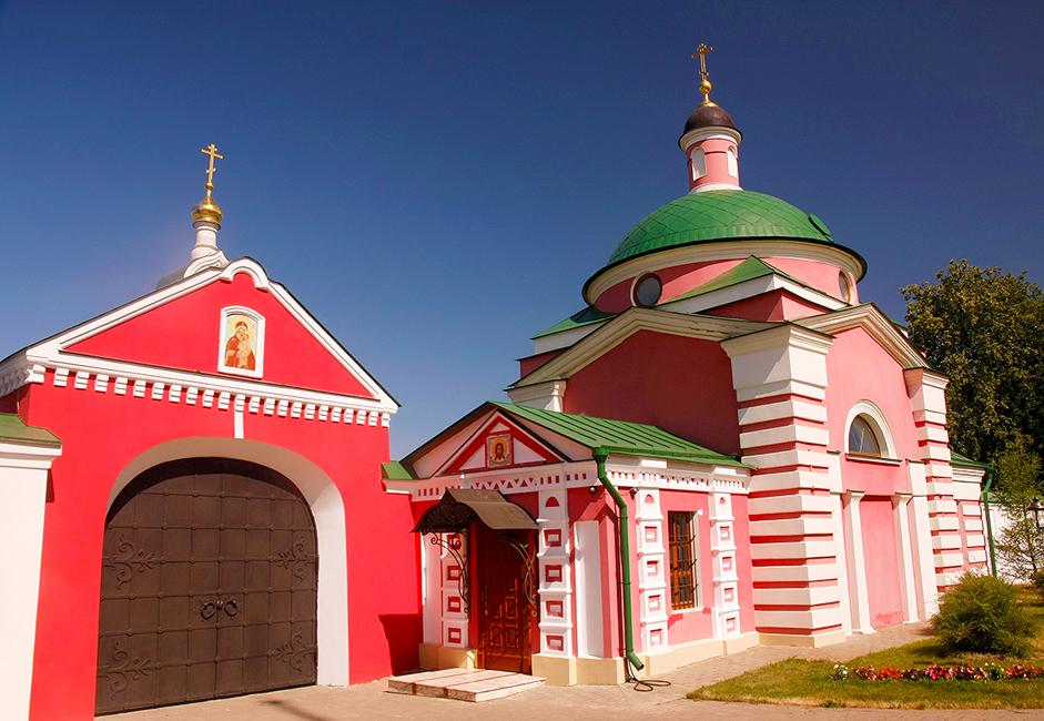 Jika Anda ingin melihat situs berikutnya, Anda harus menuju sedikit ke barat laut Pavlovskaya Sloboda, dan Anda akan menemukan Biara Boris dan Gleb. Biara kecil ini didirikan oleh bibi dari pujangga Rusia Fyodorov Tyutchev pada 1810.