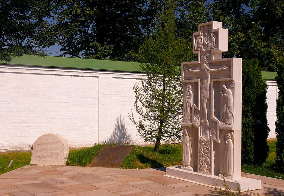 Mereka yang hidup di biara diasingkan pada 1928. Semua biarawati dikirimkan ke Gulag, sementara kepala biarawati dieksekusi dan sisa jasad kepala biarawati pertama (bibi Tyutchev) digali atau dirusak oleh kaum Boshevik dan disebar di seluruh wilayah. Penduduk setempat mengumpulkan apa yang tersisa dan menyimpannya. Setelah runtuhnya komunisme, sisa jasad kepala biarawati pertama itu diberkati dan dikuburkan kembali.