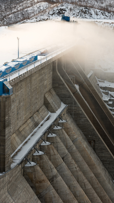 The dam is 140 meters tall and is the tallest dam of its type in Russia. This is comparable in height to a 50-story building.  Approximately 4 million cubic meters of cement were placed in it. The dam weighs approximately 15 million tons.