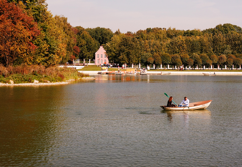 Paddleboats are available for rent on the Large Pond until late autumn. After paying the admission fee to the park (approximately one Euro), you can rent a boat for roughly 7.5 Euros per hour.