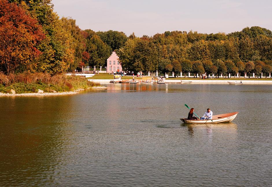 Pedaline se mogu unajmiti na Velikom ribnjaku do kasno u jesen. Nakon karte za ulazak u park (oko jedan euro), možete unajmiti čamac za oko 7.5 eura po satu.