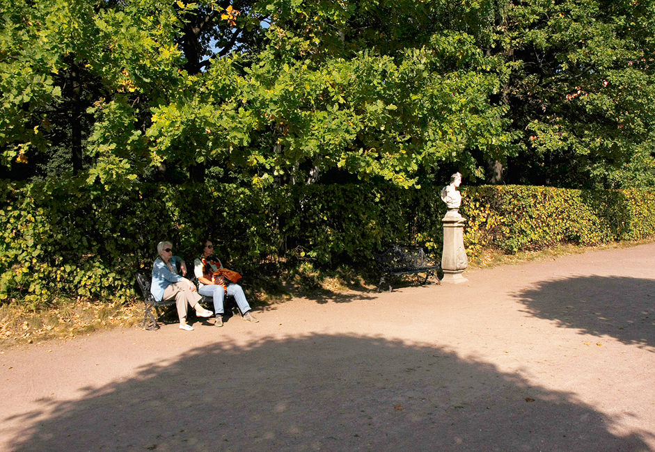 The Kuskovo Park and Estate have always been open to visitors. Iron-wrought benches situated under the shade of centuries-old oak trees line the park's alleys. The park also has a café where you can stop for a bite to eat.