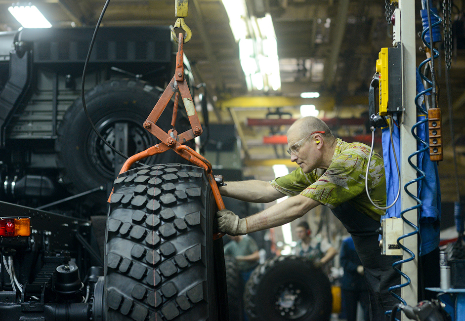 6/8. У КАМАЗ-у и компанијама непосредно повезаним са њим ради око 45.000 људи. У овом заводу се обавља цео процес производње: планирање, моделовање, склапање возила, завршни радови и опслуживање.