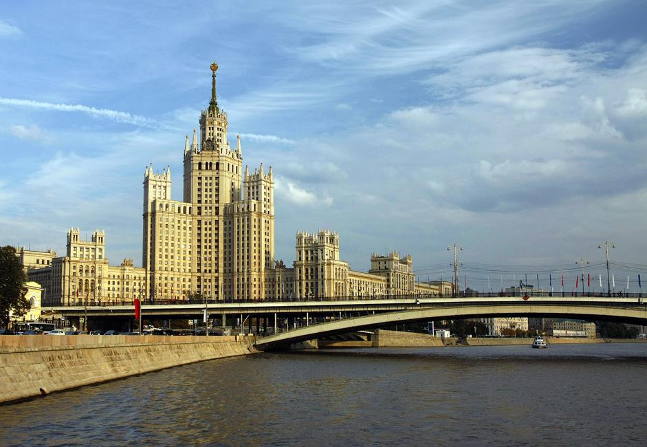 """2/9. Послед на један од седам """"Стаљинових небодера"""" (познатих и као """"седам сестара"""") и Велики Устински мост покрај Котељническог кеја. Карта у једном правцу кошта око 10 евра за одрасле и 6 евра за децу узраста од 6 до 11 година."""