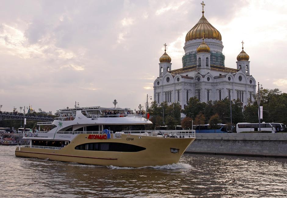 Sullo sfondo, la Cattedrale di Cristo Salvatore di Mosca