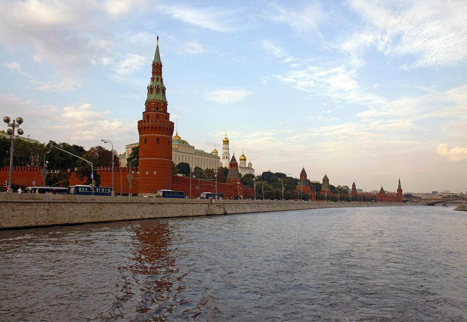 """5/9. Поглед на центар """"Црвени октобар"""" са Кримског моста. Званична пловна сезона на реци Москви траје током топлих месеци у години. Међутим, последњих година ангажовано је неколико речних ледоломаца што је омогућило да се пловидбе организују и зими."""
