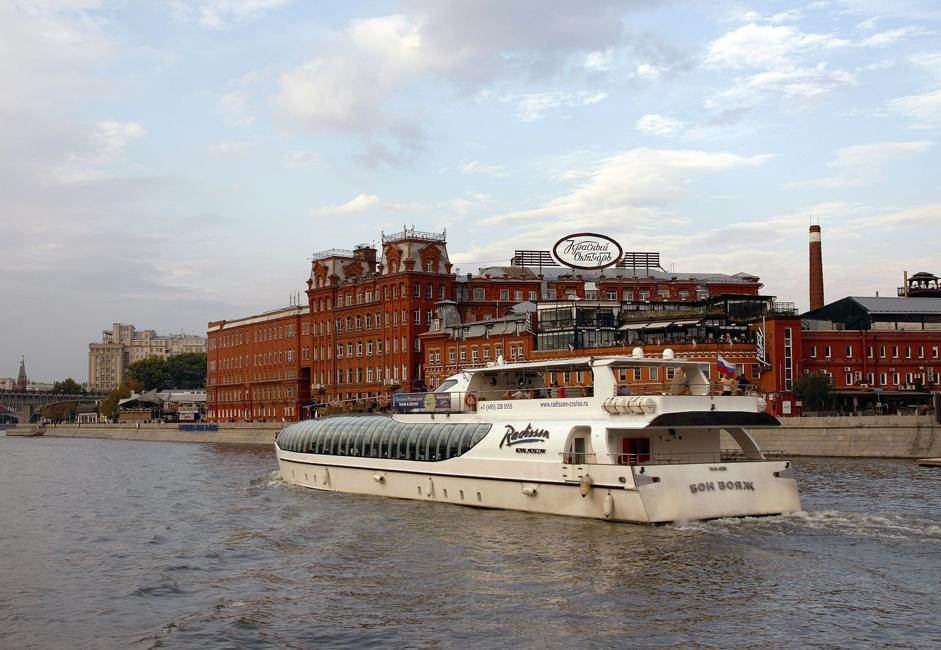 6/9. Поглед на Кримски мост – једини висећи мост у Москви – саграђен 1938. Током пловидбе бродови се накратко заустављају на неколико места да би се искрцали путници који не иду до последње станице. У овом случају боље је купити целодневну карту, јер тако туристи могу да се прошетају обалом и потом да наставе вожњу. Дневна карта кошта око 15 евра.
