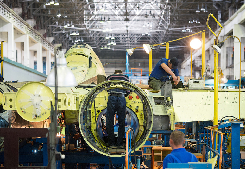 6/14. Конструисање авиона је у техничком смислу комплексан процес, подељен на више мањих операција. Свако одељење у Иркутском авијационом заводу задужено је за један део технолошког процеса.