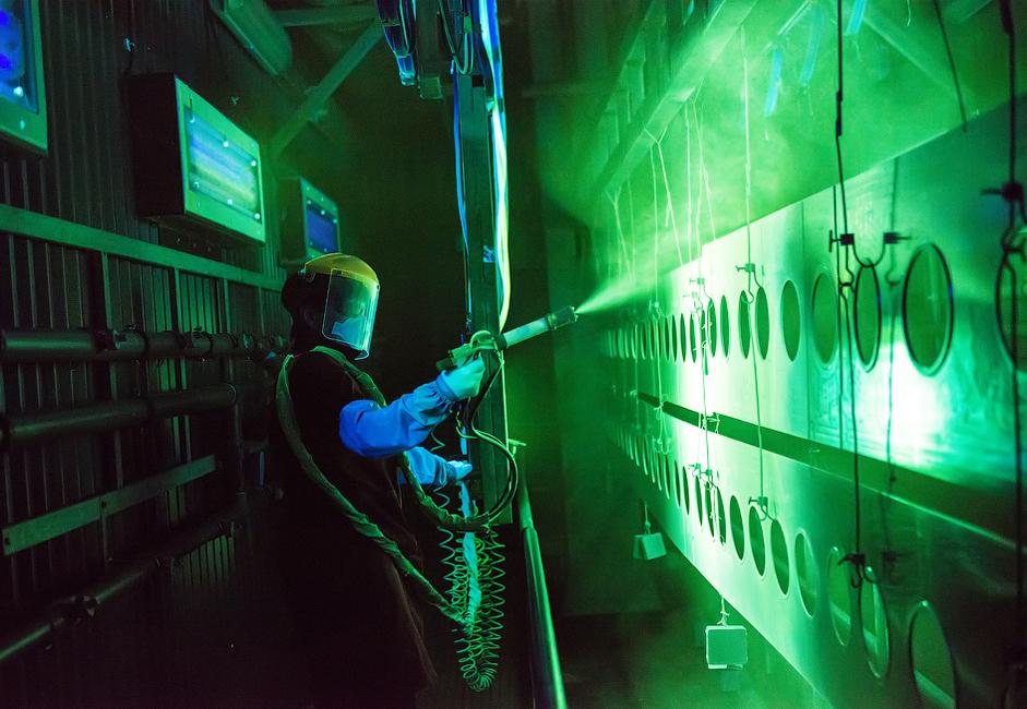 7/14. У циљу откривања евентуалних оштећења спроводе се испитивања пенетрантима: на делове авиона ставља се посебан раствор, а потом и прах, који се излаже дејству ултраљубичастог светла.