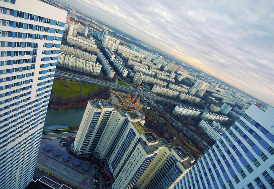 Според Министерството на вътрешните работи и анализите на недвижими имоти най-криминално активните райони на Москва са Чертаново, Голяново, Измайлово, Конково, Кузминки, Вихино, Арбат, Тропарьово-Никулино, Тверски и Текстилшчики. Чертаново има съмнителната чест да бъде лидер в тази класация. Всеки ден се регистрират до 20 тежки престъпления. Тук възникват често бунтове на междуетническа основа, дребни кражби и обири. Експертите посочват местоположението, инфраструктурните проблеми и наличието на индустриални зони като причина.