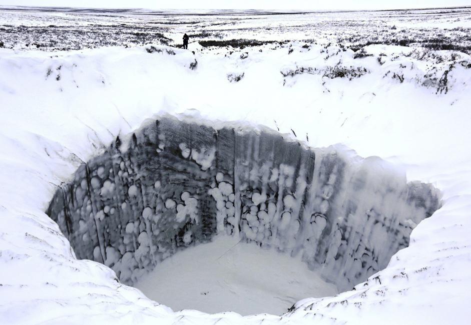 Kawah ini merupakan sebuah lubang di bumi berdiameter sekitar 40 meter dan memiliki kedalaman 200 meter. Cara debu tersebar di sekitar kawah itu cukup mengungkap rahasianya. Kawah itu terbentuk bukan karena dipenetrasi dari atas, melainkan, akibat sebuah letusan yang terjadi dari dalam bumi. Selama ekspedisi pertama ke kawah itu pada Juli lalu, para ilmuwan tidak dapat turun ke dasarnya karena dinding kawah terus-menerus runtuh. Namun, dengan semakin dekatnya musim dingin, dinding dan dasar kawah membeku, yang memungkinkan anggota ekspedisi mengambil contoh tanah dan es.